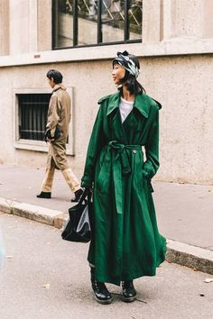 Discover nine non-boring ways to style your trench coat. A classic like this deserves a 2019 update. Winter Outfits, Fresh Outfits, Spring Outfits, Casual Outfits, Fashion Outfits, Green Fashion, Star Fashion, Fashion 2020, Fall Fashion