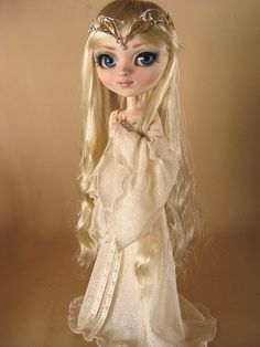 Cute Galadriel Pullip doll - I can't believe I know who this is supposed to be lol. Love this tho