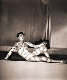"""Jean Marais Jean Marais dans un costume conçu par Coco Chanel et Jean Cocteau pour """"L'oedipe roi"""" 1937"""
