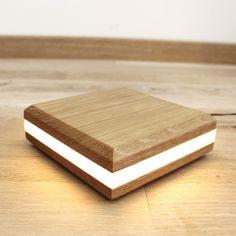 Cubitto,lampe à poser design en bois massif La lampe Cubitto est une lampe d'ambiance, elle conjugue de manière minimaliste la lumière avec le chêne massif pour diffuser une ambiance chaleureuse.Sur un bureau, dans une chambre ou simplement au sol, elle apportera une touche de lumière et ne manquera pas d'étonner par son design.     <strong style=