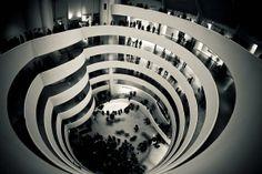 Patio central rodeado por la rampa descendiente. Museo Guggenheim de Nueva York, Frank Lloyd Wright