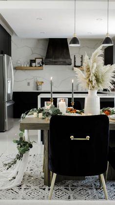 Black Kitchen Cabinets, Black Kitchens, Dark Cabinets, Dining Room Design, Interior Design Living Room, Living Room Decor, Black Interior Design, Black And White Interior, Small Space Kitchen