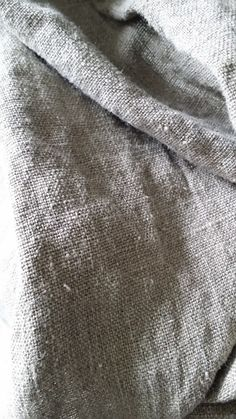 Sober en stoer linnen met plooien/haken.