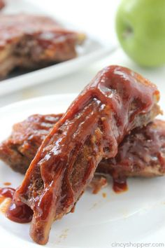 Slow Cooker Apple BBQ Ribs - apple flavors to our ribs along with some sweet brown sugar flavors to give these ribs a yummy kick. Great Crock-Pot meal idea.