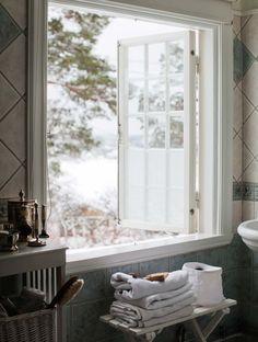 Anna och Bo har renoverat och inrett sin jugendvilla i samförstånd med sann Saltsjöbadsanda. Med stor respekt för byggåret 1910 – utan att för den skull tumma på trivseln.
