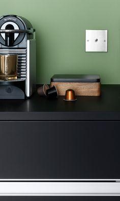 La 0cafetière Pixie de Nespresso met en valeur le plan de travail velouté noir de la cuisine Arpège