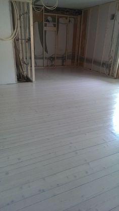 Originalt 50-tallsgulv har fått nytt liv etter å ha vært skjult av gulvbelegg. #gulvsliping #furugulv Hardwood Floors, Flooring, Oslo, Wood Floor Tiles, Wood Flooring, Floor