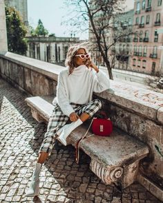 Pair this season's white ankle boots with almost anything in your wardrobe to look on-trend. Here's my top tips on how to style white ankle boots. Foto Fashion, Paris Fashion, Girl Fashion, Fashion Outfits, Fashion Top, Fashion Boots, Fashion Women, Looks Rockabilly, Mode Bcbg