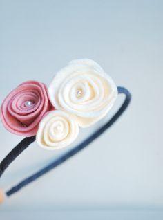 Cerchietto roselline feltro/ accessori capelli/ bambine/ ragazze/ cerchietto fiori/ handmade di UnaViolaSulBalcone su Etsy https://www.etsy.com/it/listing/212823922/cerchietto-roselline-feltro-accessori