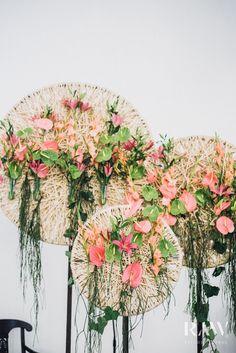 Bruiloftsversieringen bloemen: hoe meer, hoe beter! bruiloftsversieringen bloemen - anthurium - bruiloft bloemstukken - bruiloft bloemen decoratie - tafel bloemstukken bruiloft - grote bloemstukken bruiloft - bruidsboeket anthurium Wedding Flower Decorations, Wedding Flower Arrangements, Flower Bouquet Wedding, Wedding Centerpieces, Floral Wedding, Decor Wedding, House Plant Care, House Plants, Wedding Trends