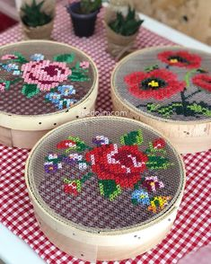 Make pretty gift boxes from old cheese boxes and cross stitch embroidery.Curvy Sheave Dekor aus elemeği # Leinwand Pfauperlen mit roten Augen Source The post Curvy Sheave Dekor aus elemeği # Leinwand appeared first on My Art My Home. Cross Stitch Art, Cross Stitch Designs, Cross Stitching, Cross Stitch Embroidery, Cross Stitch Patterns, Diy Gift Box, Diy Box, Gift Boxes, Ribbon Embroidery