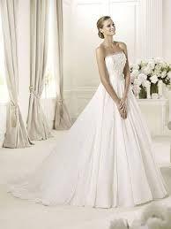 Semplice ma elegante questo pin raffigura  un abito da sposa con  apertura verso il basso, infine il corpetto decorato con delle piccole balze...<3