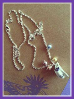 Collana con piccolo bricchetto e perline colorate.