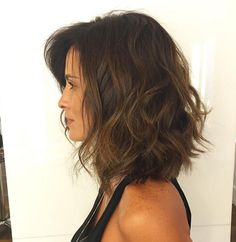 If you have long hair and are thinking of getting the chop, read our article to get a few ideas of what styles will suit you. Everyone needs some inspiration when it comes to change. After seeing these gorgeous shoulder length bob hairstyles, you'll be ru Medium Hair Styles, Curly Hair Styles, Hair Medium, Medium Length Bobs, Medium Layered, Balayage Straight, Choppy Bob Hairstyles, Textured Hairstyles, Layered Haircuts