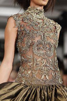 Oscar de la Renta--one of my favorite designers! I love this glamorous embellishments on this gown! #fashion