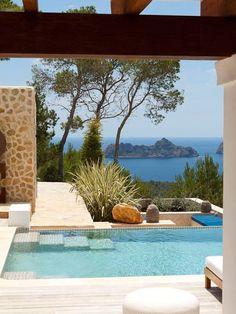 Una casa con jardín y piscina en el paraíso