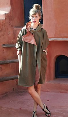 timeless khaki raincoat, nice detail: close with two buttons on the shoulder