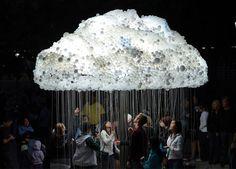À l'occasion de la Nuit Blanche à Calgary, en Alberta, Canada, l'artiste Caitlind Brown a présenté Cloud, une sculpture interactive à grande échelle composée de plus de 5 000 ampoules de récup' et d'une multitude de chaînes permettant d'éclairer ces ampoules. Cloud invite les spectateurs à errer à travers une pluie de chaînes et à allumer ou à éteindre partiellement le nuage. Plein de poésie et de créativité #design #art #installation