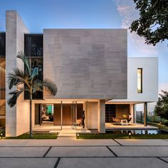 Architecture firm SAOTA have recently completed their first modern house project in Bel Air, California, that's a remodel of an existing home. Villa Design, Facade Design, Modern House Design, Exterior Design, Residential Architecture, Contemporary Architecture, Interior Architecture, Contemporary Garden, Contemporary Houses