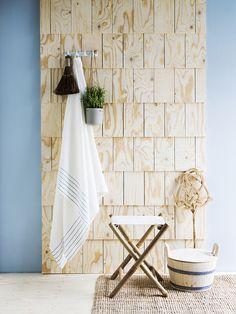 Bambutuoli ja keraaminen roikkuva ruukku, Granit. Keraaminen klassinen naulakko, perinteinen mattopiiska, leivänmurujen ja pikkuroskien lakaisuun tarkoitettu hiirake ja puinen pesuvati, Domus Classica. Kaste-pellavapyyhe, Lapuan Kankurit. Lohals-matto, Ikea. Seinän sininen maalisävy on Tikkurilan Harmony-sisämaalin sävy K491. Paanuseinä on toteutettu sahaamalla vanerista paanusuikaleet ja kiinnittämällä ne alusvaneriin.