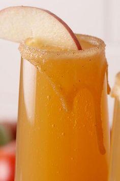 Caramel Apple Mimosas Are The New Apple Cider Mimo - Bebidas Para Adelgazar Thanksgiving Cocktails, Fall Cocktails, Holiday Drinks, Fall Sangria, Halloween Drinks, Halloween 2020, Summer Drinks, Thanksgiving Recipes, Caramel Recipes