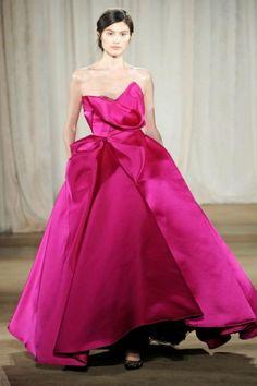 Vestido de fiesta largo en color rosa intenso con escote asimétrico y volados en relieve - Foto Marchesa