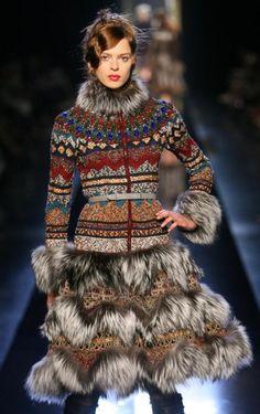 Elise Crombez at Jean Paul Gaultier Haute Couture Fall/Winter 2006 Knitwear Fashion, Knit Fashion, Boho Fashion, Winter Fashion, Fashion Design, Boho Outfits, Fashion Outfits, Estilo Hippie, Fur Clothing