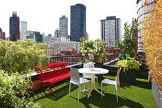 Césped artificial y plantas de mucho porte en este ático de Nueva York. Por Silvia López Celia Vega Fotos DR.