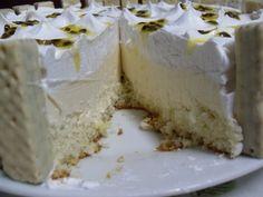 O Bolo Mousse de Maracujá com Chocolate Branco é de comer com os olhos. Faça e receba muitos elogios!