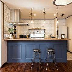 Interior examples of kitchen / made to order / subway tile / face-to-face counter / American vintage … – Photography World Kitchen Dinning, Dining, Room Interior, Interior Design, Brooklyn Style, Brown Wood, Small Apartments, House Rooms, Home Kitchens
