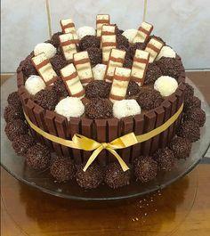 #naked #cake #instacake #bolo #feitoemcasa #comamor #aniversario #cakeparty #instagood. #nakedcake #kinderbueno #kitkat #brigadeiro #kinderbuenocake #inlove ♥️🎂