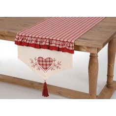 It's all about Hearts ♡ Country Quilts, Quilted Table Runners, Love Home, Deco Table, Table Covers, Christmas Art, Sewing Hacks, Cool Kitchens, Pillow Covers