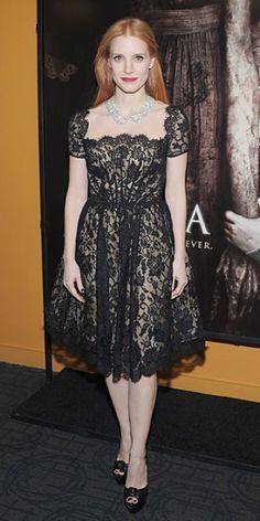 JESSICA CHASTAIN    La actriz escogió un vestido en encaje negro de la colección Pre-Otoño 2013 de Óscar de la Renta para asistir a la presentación de su nuevo filme, Mama, en Nueva York. Una llamativa gargantilla de diamantes y zapatos Louboutin completaron su look.
