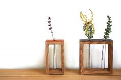 【タモ材とレザーの一輪挿し(大) - mokune】タモ材とレザーを組み合わせた一輪挿し(大)です。(写真右) まるで絵のフレームのような佇まいは、インテリアのポイントとしても。 シンプルな形なので、お部屋のテイストを選ばずに馴染んでくれます。 試験管2本を付属しておりますので、生花・ドライフラワー、お好きな植物をお飾りください。