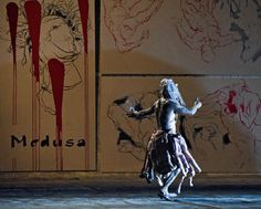 Mythos, Schiffbruch und aktuelle Ereignisse berühren sich in der Choreografie, in der 'Ode on Medusa'. Théodore Géricaults historisches Gemälde 'Das Floss der Medusa' wird zum Spiegelbild der…