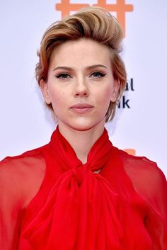 Actress Scarlett Johansson attends the 'Sing' premiere during the 2016 Toronto International Film Festival at Princess of Wales Theatre on September 2016 in Toronto, Canada. Side Swept Hairstyles, Pixie Hairstyles, Pixie Haircut, Scarlett Johansson, Best Pixie Cuts, Pixie Crop, Crop Hair, Black Widow Scarlett, International Film Festival