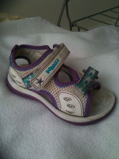 http://www.ebay.fr/itm/Purple-White-Star-Doodles-sport-sandals-size-5-and-a-half-from-Clarks-/121452010315?pt=UK_Clothing_GirlsShoes_GirlsShoes_GL