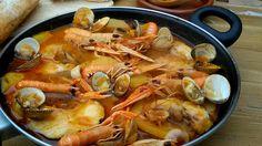Suquet de pescado muy fácil. Receta tradicional de pescado y marisco con patatas cocinados con caldo de pescado. Una receta muy festiva.