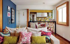 A área social de 25 m² foi ampliada com as soluções da arquiteta Milena Aguiar. A primeira delas: abrir a cozinha. No lugar da parede que dividia cômodos fez-se um balcão espelhado. A mesa de jantar apoia-se nele, o que permite melhor circulação