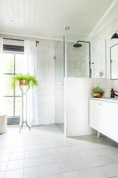 Kannustalo Pohjanmaa. Lattiassa ja seinässä Via Emilia grigio 20x20 cm. #pukkilalaatat #pukkila Alcove, Bathtub, Oslo, Bathrooms, Home, Decor, Standing Bath, Bathtubs, Decoration