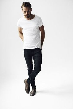 A white crew-neck t-shirt and black skinny jeans are absolute menswear staples that will integrate really well within your current casual arsenal. Add a smarter twist to this outfit by finishing off with a pair of dark brown leather chelsea boots. Style Masculin, Outfits Hombre, Trendy Outfits, Look Man, La Mode Masculine, Masculine Style, Mens Fashion Blog, Fashion Photo, Fashion Fashion