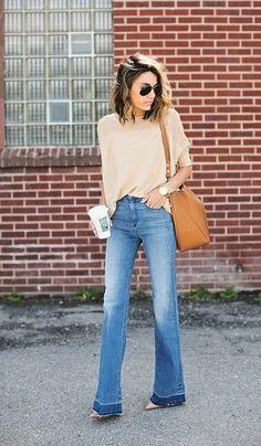 Opte pour un t-shirt à col rond brun clair avec un jean flare bleu pour une tenue idéale le week-end. Transforme-toi en bête de mode et fais d'une paire de des escarpins en cuir beiges ton choix de souliers.