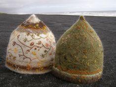 konfetti: Hats on the beach - húfur á ströndinni (by Harpa Jónsdóttir) Nuno Felting, Needle Felting, Knitting Projects, Knitting Patterns, Wooly Bully, Embroidered Hats, Felt Hearts, Wool Felt, Knitted Hats