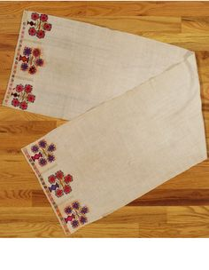 Ottoman textile,Western Anatolia,circa of the cm).Silk embroidery on linen with three vases and flowering bouquets at each end.The center is plain and the orange is synthetic.This piece was used as a hand towel in a household.The condition is good. Persian Rug, Hand Towels, Traditional Outfits, Hand Embroidery, Knitting Patterns, Cross Stitch, Textiles, Quilts, Antiques