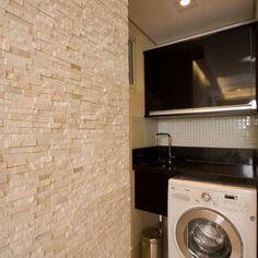 Quem foi que disse que a lavanderia não pode ser um espaço sofisticado? Lindíssimo projeto utilizando nosso mosaico Pedra Caxambu Amarela Ref.: 30 XQT #pietrecolorate #lavanderia #decor #decoracaodeinteriores #revestimento