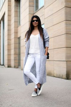 Get the Minimal Luxe Style with Laura Dittrich – Glam Radar Long Cardigan Coat, Cardigan Outfits, Maxi Cardigan, White Cardigan, Cardigan Fashion, Basic Outfits, Casual Outfits, How To Wear Sneakers, White Fashion