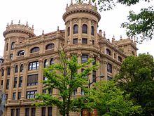 Bilbao - La casa Lezama-Leguizamon es una muestra de la incursión del arquitecto bilbaíno Ricardo Bastida en el ámbito de la vivienda para la gran burguesía, en colaboración con José María Basterra. En 2004 se declaró como Bien Cultural, con la categoría de Monumento, en el Inventario General del Patrimonio Cultura Vasco.