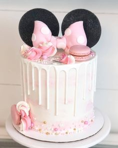 minnie mouse Happy Friday Let's celebrate with a minnie mouse cake Its Minnie! This cake was made for my niece who just Torta Minnie Mouse, Minnie Mouse Cookies, Bolo Minnie, Minnie Cake, Mini Mouse Cupcakes, Minnie Mouse Cake Topper, Minnie Mouse Birthday Decorations, Minnie Mouse 1st Birthday, Baby Birthday Cakes