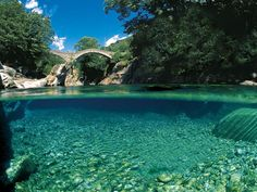 Valle Verzasca nel Canton Ticino: un tuffo nelle acque color smeraldo Places Around The World, The Places Youll Go, Places To See, Rafting, Canton Ticino, Europe Centrale, Photo Souvenir, Crystal Clear Water, Adventure Travel