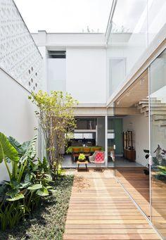 Ideas For Cheap Outdoor Furniture Patio Indoor Courtyard, Internal Courtyard, Outdoor Shade, Patio Shade, Small Patio Furniture, Furniture Ideas, Design Exterior, Narrow House, Balcony Design